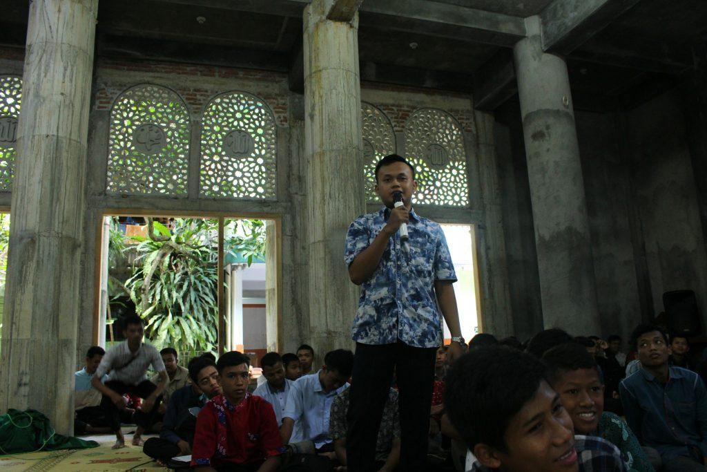 Salah satu peserta yang bertanya,  Sdr. Ilham Wahyu Tri Sejati dari PC Lendah