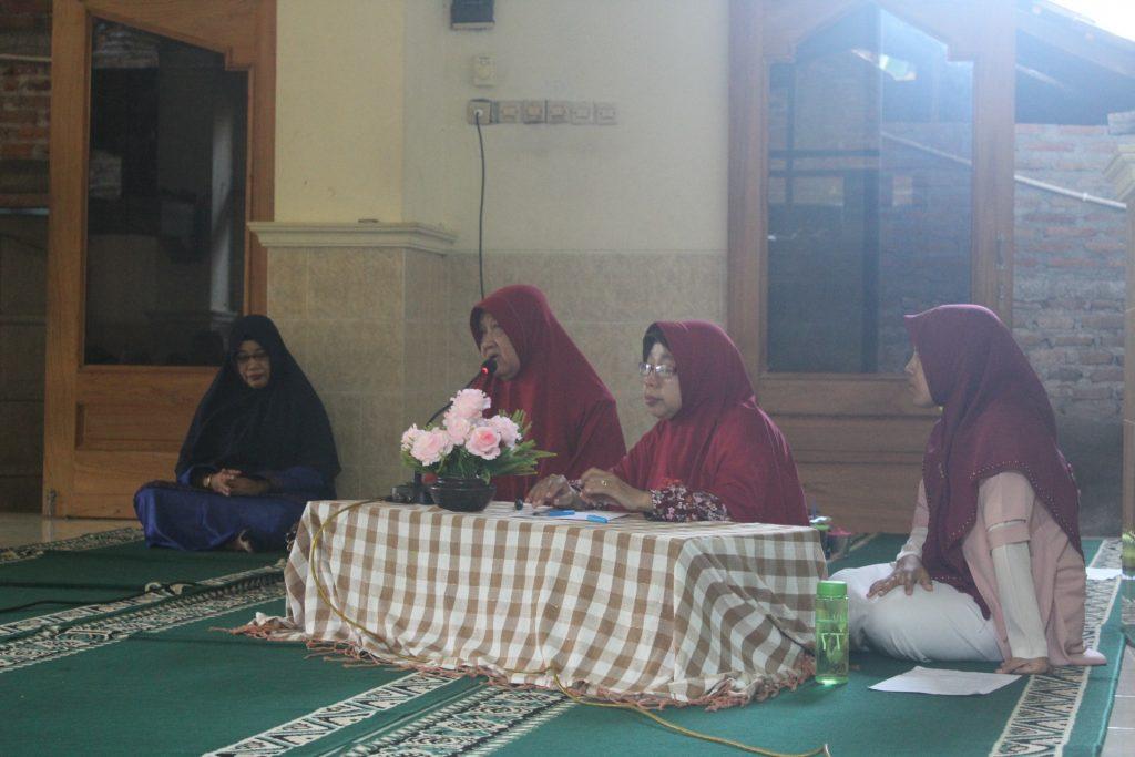 Pemberdayaan Wanita LDII-Ketiga narasumber yang dihadirkan (dari kiri ke kanan : Hj Sri Artati, Suwarti, dan Febrida)