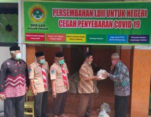 Penyerahan paket bansos secara simbolis dari Ketua DPD kepada Lurah